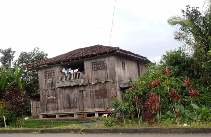 A typical sort of house here in Ecuador (Photo and caption credit: Sue's blog)