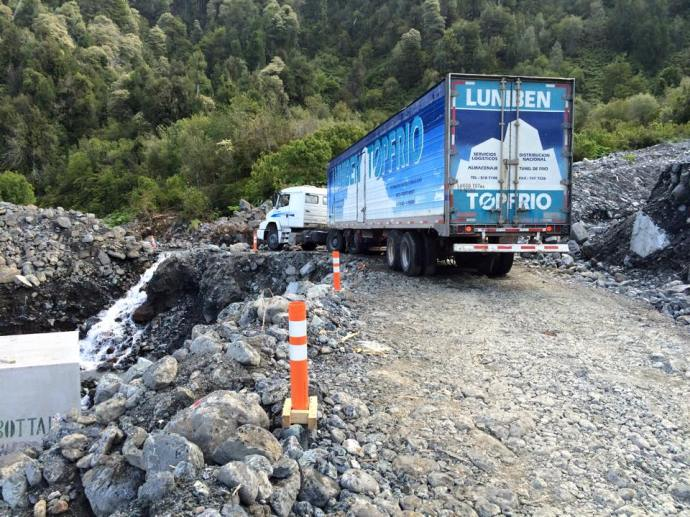 Deviation on way to Lago Yelcho. Semi in a bit of bother! (Photo credit: Brett's Facebook page)